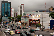 Belo Horizonte_MG, Brasil...Avenida do Contorno em frente ao Shopping Patio Savassi no Bairro Savassi em Belo Horizonte, Minas Gerais...Contorno avenue in front of Patio Savassi Mall in Savassi neighborhood in Belo Horizonte, Minas Gerais...Foto: VICTOR SCHWANER / NITRO