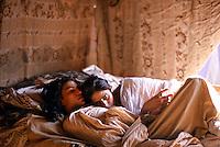 Pakistan - Hijra, les demi-femmes du Pakistan - Intimité des tentes avant les danses du soir dans un cirque // Pakistan. Punjab province. Hijra, the half woman of Pakistan. Intimacy under the tent befor performing dance in the circus.