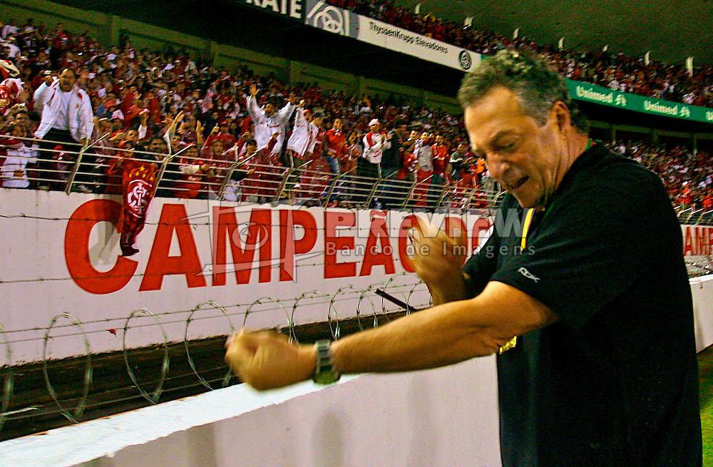 O técnico Abel Braga comemora o título de Campeão Gaúcho 2008 com a torcida no Beira Rio. FOTO: Lucas Uebel / Preview.com