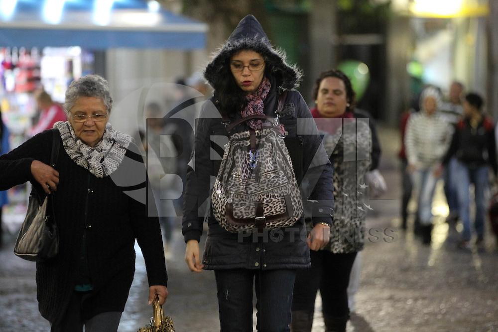 SÃO PAULO, SP, 14/08/2013, FRIO. A quarta-feira começou com temperaturas baixas na região central de São Paulo. LUIZ GUARNIERI/ BRAZIL PHOTO PRESS