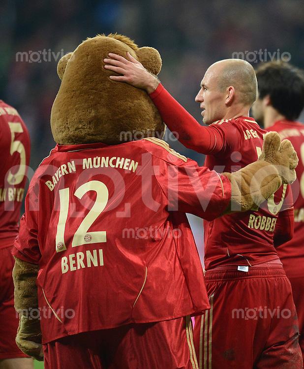 FUSSBALL   1. BUNDESLIGA  SAISON 2012/2013   11. Spieltag FC Bayern Muenchen - Eintracht Frankfurt    10.11.2012 Arjen Robben mit Maskottchen Bernie (FC Bayern Muenchen)