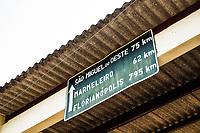Placa indicando distâncias para outras cidades do estado de Santa Catarina. Dionísio Cerqueira, Santa Catarina, Brasil. / <br /> Sign indicating distances to other cities in Santa Catarina state. Dionísio Cerqueira, Santa Catarina, Brazil.