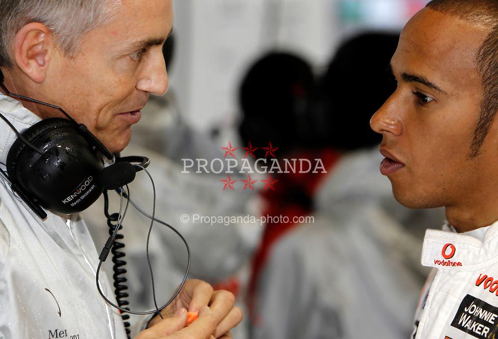 Motorsports / Formula 1: World Championship 2010, GP of Japan, Martin Whitmarsh (ENG, Teamchef Vodafone McLaren Mercedes), 02 Lewis Hamilton (GBR, Vodafone McLaren Mercedes),