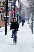 Fietsers proberen door de sneeuw te komen op de Amsterdamsestraatweg in Utrecht.<br /> <br /> A man is cycling in the snow at the Amsterdamsestraatweg in Utrecht