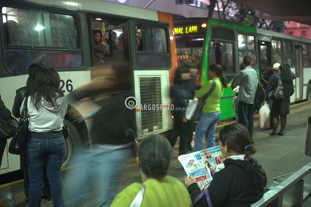 Pontos de onibus na cidade de Sao Paulo. Pontos localizados na Av. Gen. Olimpio da Silveira, sob o elevado Costa e Silva, o Minhocao. / Bus stops in Sao Paulo, Brazil.