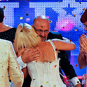 NLD/Hilversum/20100910 - Finale Holland's got Talent 2010, Angelique van Akkeren omhelst Martin Hurkens