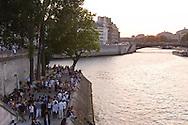 = people gathering on Saint louis island  quay+