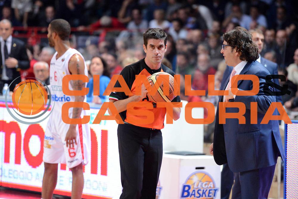 DESCRIZIONE : Varese Lega A 2012-13 Cimberio Varese cheBolletta Cantu<br /> GIOCATORE :  Andrea Trinchieri arbitri<br /> CATEGORIA : mani delusione curiosita<br /> SQUADRA : cheBolletta Cantu<br /> EVENTO : Campionato Lega A 2012-2013<br /> GARA : Cimberio Varese cheBolletta Cantu<br /> DATA : 29/10/2012<br /> SPORT : Pallacanestro <br /> AUTORE : Agenzia Ciamillo-Castoria/GiulioCiamillo<br /> Galleria : Lega Basket A 2012-2013  <br /> Fotonotizia : Varese Lega A 2012-13 Cimberio Varese cheBolletta Cantu<br /> Predefinita :