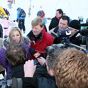 AUT/Lech/20080210 - Fotosessie Nederlandse Koninklijke familie in lech Oostenrijk, prins Willem-Alexander met partner prinses Maxima worden geinterviewd door de aanwezige journalisten