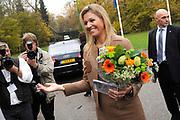 Hare Koninklijke Hoogheid Prinses M&aacute;xima der Nederlanden heeft op de Nyenrode Business Universiteit in Breukelen een toespraak over toegang tot financi&euml;le diensten (inclusive finance). <br /> <br /> Her Royal Highness Princess M&aacute;xima of the Netherlands at the Nyenrode Business University in Breukelen a speech on access to financial services (inclusive finance).<br /> <br /> Op de foto / On the photo: <br />  Prinses Maxima krijgt van de vlaamse zender VTM een CD van K3