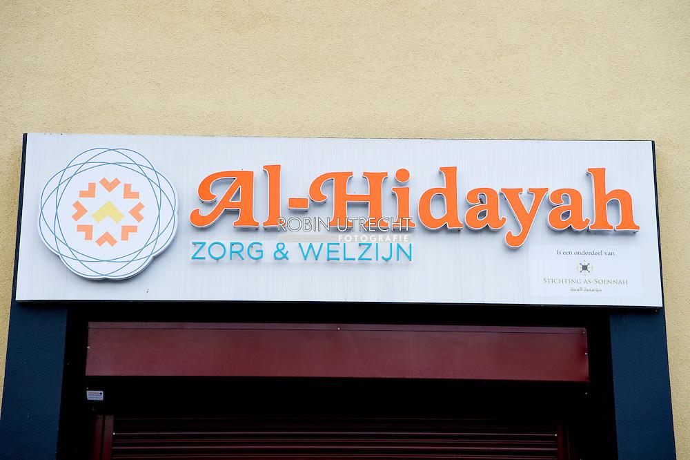 DEN  HAAG - extra beveiliging voor het vrijdagmiddag gebed  beveiligers p donderdag 25 februari heeft de as-Soennah moskee in Den Haag een dreigbrief ontvangen. Het is een van de meerdere moskeeën in Nederland die een brief op de mat kregen. De brieven bevatten een hakenkruis en de adelaar van nazi-Duitsland. Ook staat er de tekst \'Binnenkort hoog bezoek! Varkens. Anti-islam en Islam is valse en duivelse religie in de brief.  Bezoekers van de Haagse moskee As-Soennah vragen zich af of zij vrijdag nog wel naar het middaggebed durven. Volgens moskeebestuurder Abdelhamid Taheri zit de schrik er goed in na een dreigbrief aan het adres van het gebedshuis. COPYRIGHT ROBIN UTRECHT