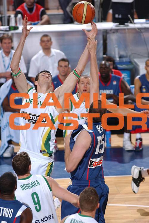 DESCRIZIONE : Madrid Spagna Spain Eurobasket Men 2007 Qualifying Round Lituania Francia Lithuania France <br /> GIOCATORE : Darius Lavrinovic <br /> SQUADRA : Lituania Lithuania <br /> EVENTO : Eurobasket Men 2007 Campionati Europei Uomini 2007 <br /> GARA : Lituania Francia Lithuania France <br /> DATA : 10/09/2007 <br /> CATEGORIA : Rimbalzo <br /> SPORT : Pallacanestro <br /> AUTORE : Ciamillo&amp;Castoria/JF.Molliere <br /> Galleria : Eurobasket Men 2007 <br /> Fotonotizia : Madrid Spagna Spain Eurobasket Men 2007 Qualifying Round Lituania Francia Lithuania France <br /> Predefinita :