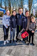 HEERENVEEN - Prinses Annette en prins bernard en Isabella (15), Samuel (13) en Benjamin (9)  op het ijs van Thialf Heerenveen tijdens De Hollandse 100. Het doel van dit sportieve evenement is het ophalen van geld voor onderzoek naar lymfklierkanker. ANP ROYAL IMAGES ROBIN UTRECHT