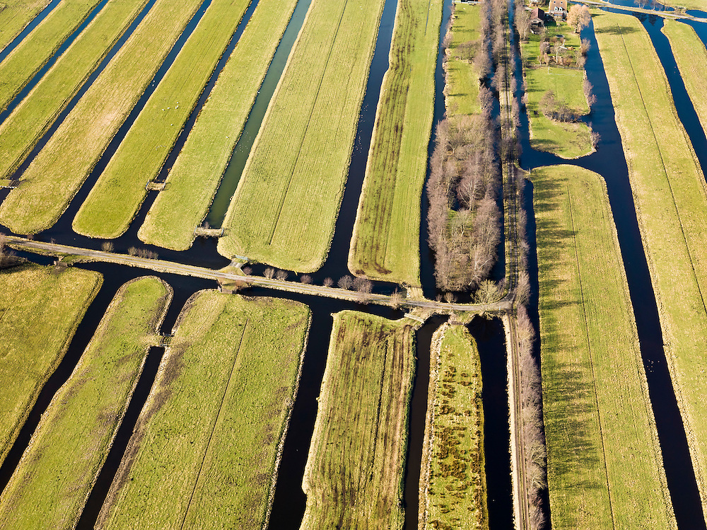 Nederland, Zuid-Holland, Gemeente Gouda, 20-02-2012; Polder Middelblok in de Krimpenerwaard, naar links de Lange Tiendweg. De langwerpige verkaveling is ontstaan door het ontginnen van het veen vanuit de dorpen langs de rivier de Hollandsche IJssel, zogenaamde ontginningen met vrije opstreek. De sloten en de Vliet zorgen voor ontwatering. .Polder Middelblok in the Krimpenerwaard. The land division (in lots) has been created by the reclamation of peat bog starting from the villages along the river Hollandsche IJssel. The ditches and brook provide drainage..luchtfoto (toeslag), aerial photo (additional fee required);.copyright foto/photo Siebe Swart.
