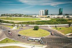 Porto Alegre, RS 30/03/2019: As obras de implantação da nova rótula da avenida Icaraí, junto às avenidas Chuí e Divisa, no bairro Cristal, estão concluídas. Elas fazem parte dos projetos de mobilidade da avenida Tronco. A rotatória foi ampliada, além de receber novas redes de esgoto pluvial e sanitárias, redes elétricas e de iluminação pública, calçadas e nova configuração da via pública, com asfaltamento e sinalização viária. Com a finalização desta etapa, o trânsito ficará totalmente liberado no local, a sinalização de obra será removida e entrarão em operação duas novas sinaleiras, neste sábado, 30. Técnicos da Secretaria Municipal de Infraestrutura e Mobilidade Urbana (Smim) e da Empresa Pública de Transporte e Circulação (EPTC) acompanham os serviços, a partir das 11h30. Foto: Jefferson Bernardes/PMPA