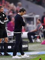 Fussball  1. Bundesliga  Saison 2019/2020  1. Spieltag  FC Bayern Muenchen - Hertha BSC Berlin       16.08.2019 Trainer Niko Kovac (FC Bayern Muenchen) kann nicht den Elfmeter von Robert Lewandowski (FC Bayern Muenchen) zum 2-2 Ausgleich anschauen