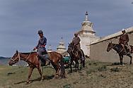 Mongolia. monastery Karakorum  Erden Zuu      /  Deux stupas d'angle de la muraille de ERDENI ZUU QARAQORIN (XVIèmesiècle). Les stupas ou suburgan sont des sortes de sépulture pour la conservation des reliques de  - Saints Lamas -  ou prêtres de distinction, qui ont été ou bien incinérés ou bien momifiés par le sel et le mercure, selon une technique complexe. Le corps du défunt était ensuite ceint de bandelettes sur lesquelles on appliquait un mélange de cendre et d'argile. Le tout était recouvert d'or ou d'argent. /  Erigés selon le style tibétain, ils sont composés en trois parties : un piédestal, un châsse et une flèche de treize anneaux qui symbolisent les treize cieux. Au sommet, couronnant le tout, l'emblème cosmique qui regroupe croissant de lune, soleil et flamme de la sagesse. A chaque angle de la muraille aux stupas encastrés du monastère de ERDENI ZUU, on peut ainsi trouver, l'un derrière l'autre, deux stupas isolés .Devant le premier, un monticule de pierres ou oboo témoigne d'une forme encore vivante de religion populaire d'essence chamanique, antérieure au lamaïsme. ( /  /27    L920728a  /  P0002632