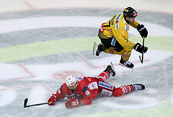 18.04.2019, Albert Schultz Halle, Wien, AUT, EBEL, Vienna Capitals vs EC KAC, Finale, 3. Spiel, im Bild Patrick Harand (EC KAC) und Patrick Mullen (Vienna Capitals) // during the Erste Bank Icehockey 3rd final match between Vienna Capitals and EC KAC at the Albert Schultz Halle in Wien, Austria on 2019/04/18. EXPA Pictures © 2019, PhotoCredit: EXPA/ Alexander Forst