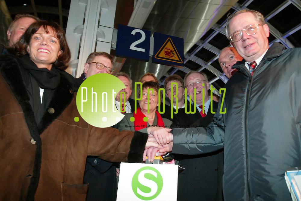 Ludwigshafen / Mannheim. Am 14.12.2003 p&uuml;nktlich um 00:00 Uhr offizieller Sartschuss f&uuml;r die S-Bahn Rhein Neckar.<br /> <br /> Bild: Markus Pro&szlig;witz