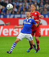 """18. September 2011: Gelsenkirchen, Veltins-Arena """"Auf Schalke"""": Fussball 1. Bundesliga, 6. Spieltag: FC Schalke 04 - FC Bayern Muenchen: Muenchens Nils Petersen (rot) gegen Schalkes Peer Kluge (blau)."""
