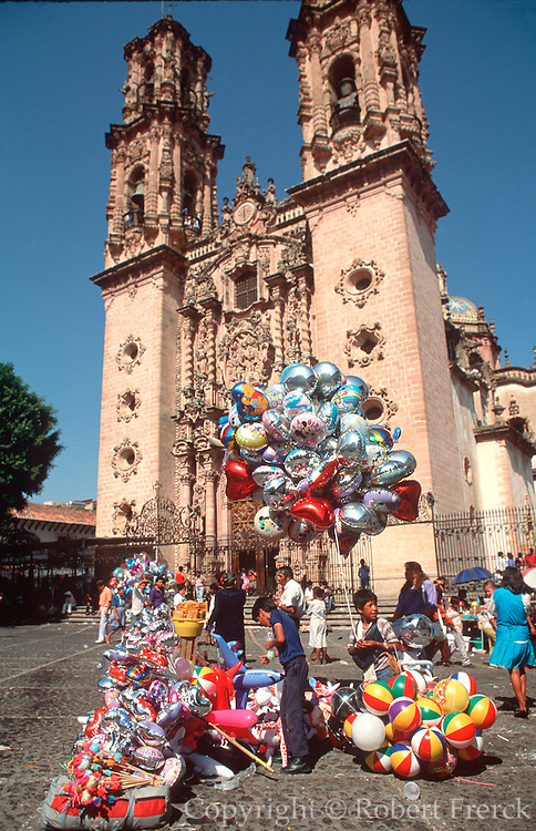 MEXICO, COLONIAL, TAXCO Santa Prisa Cathedral on Plaza Borda