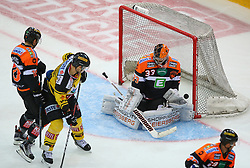 28.10.2016, Albert Schultz Halle, Wien, AUT, EBEL, UPC Vienna Capitals vs Moser Medical Graz 99ers, 15. Runde, im Bild Tor fuer die Capitals, Zintis Nauris Zusevics (Moser Medical Graz 99ers), Jonathan Ferland (UPC Vienna Capitals), Thomas Hoeneckl (Moser Medical Graz 99ers) und Sven Klimbacher (Moser Medical Graz 99ers) // during the Erste Bank Icehockey League 15th Round match between UPC Vienna Capitals and Moser Medical Graz 99ers at the Albert Schultz Ice Arena, Vienna, Austria on 2016/10/28. EXPA Pictures © 2016, PhotoCredit: EXPA/ Thomas Haumer