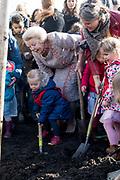 Prinses Beatrix plant een koningslinde in het Griftpark. De boom is aan de prinses aangeboden door een initiatiefgroep In Vrijheid Verbonden, een netwerk van religies en levensbeschouwingen<br /> <br /> Princess Beatrix is planning a king's lime in the Griftpark. The tree was presented to the princess by an initiative group In Freedom Connected, a network of religions and philosophies