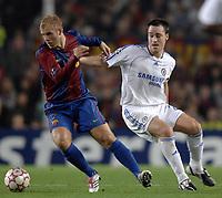 Photo: Richard Lane.<br /> Barcleona v Chelsea. UEFA Champions League, Group A. 31/10/2006. <br /> Barcelona's Eidur Gudjohnsen breaks from Chelsea's John Terry.