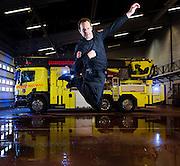 DRAMMEN 2016-02-23: Brannkonstabel Tom Løvlie er en erfaren hallingdanser. Pressekontakt Tina Brock kom over og publiserte et 10 år gammelt opptak der han sparker hatten av en stang så den tar fyr. På sosiale medier spredte videoen seg som ild i tørt gress.. FOTO:WERNERJUVIK