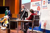 UTRECHT - Johan Wakkie met Maarten Westerman, de maker van het boek. Hockeycongres bij de Rabobank in Utrecht. FOTO KOEN SUYK