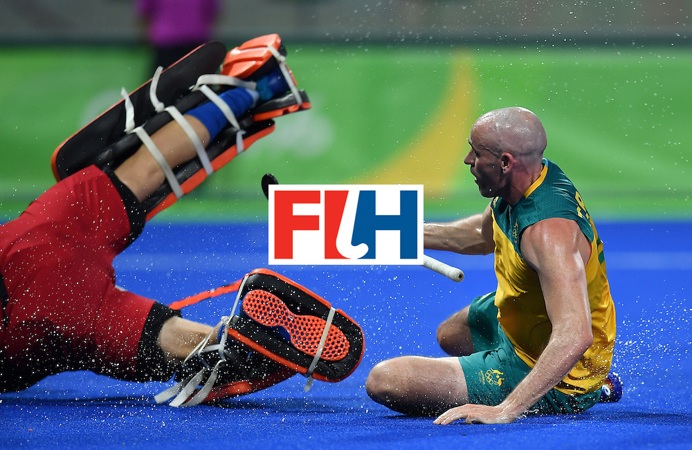 Australia's Glenn Turner (R) vies with Netherland's Jaap Stockmann during the men's quarterfinal field hockey Netherlands vs Australia match of the Rio 2016 Olympics Games at the Olympic Hockey Centre in Rio de Janeiro on August 14, 2016. / AFP / MANAN VATSYAYANA        (Photo credit should read MANAN VATSYAYANA/AFP/Getty Images)