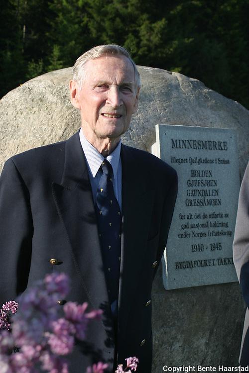 """krigsveteran Gunnar Sønsteby (84) (""""Kjakan/Nr. 24), sjef Kompani Linge, Oslo under krigen. Avduking minnesmerke for fjellgårdene i Snåsas innsats for flyktninger under krigen"""
