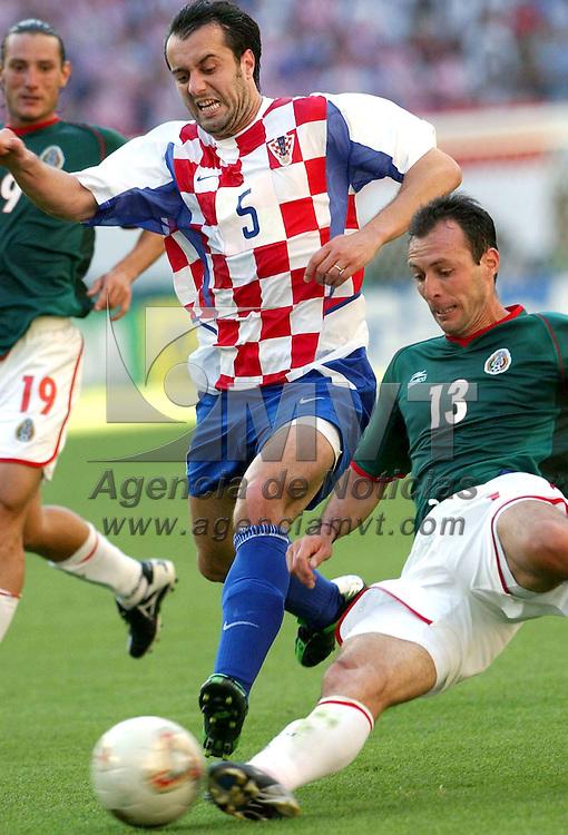 Niigata, Japon.- Sigifredo Mercado de la seleccion Mexicana barre en defensa del balon ante el delantero Croata Rapaic Milan en el primer encuentro de Mexico en la copa mundial de Futbol Corea japon 2002, el partido en favor de los Mexicanos 1 gol por 0. Gabriel Piko / MVT / MIGUELEZ SPORT. (DIGITAL)<br /> <br /> NO ARCHIVAR - NO ARCHIVE