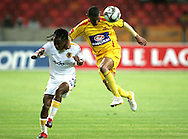Tyren Arendse beats Siphiwe Tshabalala to the ball during the PSL match between Santos and Kaizer Chiefs held at The Nelson Mandela Bay Stadium in Port Elizabeth, Eastern Cape South Africa on 20 November 2009 ..Photo by RG/www.sportzpics.net.+27 21 (0) 21 785 6814