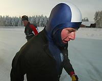 Skøyter, 22. desember 2002. NM enkeltdistanser. Petter Andersen med trener Jan de Kok i bakgrunn