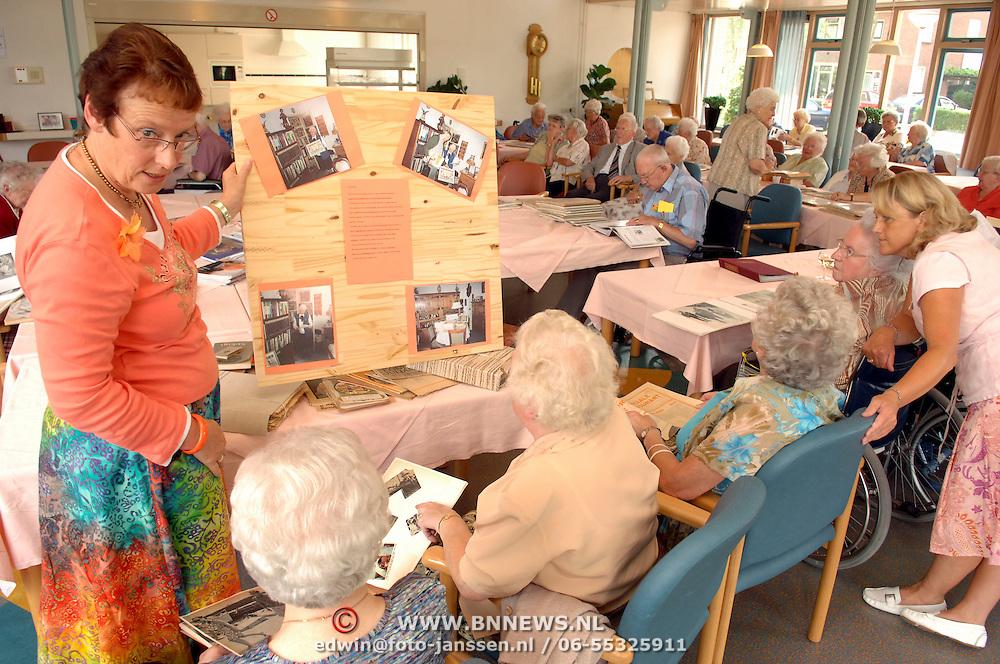 NLD/Huizen/20060818 - Bejaardencentrum Vooranker Huizen ouderen oranjemiddag
