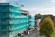 Nederland, Nijmegen, 11-10-2018 Nieuwbouw op het voormalig bedrijventerrein in Nijmegen West, het Waalfront . Deze huizen en appartementen hebben uitzicht op de Waal. Statenkwartier .In dit gebied liggen ook de voormalige Honig fabriek en het slachthuis waar op termijn ook woningen zullen komen. Nieuwbouw op voormalige oude bedrijfsterreinen die te dicht bij de stad lagen.Foto: Flip Franssen