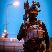 Den Helder, 9 april 2018<br /> Port Defender 2018<br /> Scenario waarin een man met bomgordel dmv onderhandelingen gedwongen wordt zichzelf over te geven.