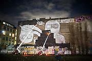 Das beliebte Fotomotiv und weit über Berlin hinaus bekannte Wandbild des italienischen Streetartkünstlers Blu  an der Cuvrybrache wird großflächig mit schwarzer Farbe übermalt. Ob die Aktion im Auftrag des Investors Artur Süsskind durchgeführt wird, der im Herbst Hütten und Zelte auf der Brache für ein Neubauprojekt räumen lies,  oder ob der Künstler selbst die Arbeiten in die Wege geleitet hat, ist noch nicht entgültig klar. Beteiligte der Aktion sagten, dass der Künstler blu verhindern will, dass sein Kunstwerk zu einer Aufwertung des Viertels führt. Laut einem Statement im Internet soll am Ende nur ein Mittelfinger auf der ansonsten komplett schwarzen Wand übrigbleiben. Damit solle verhindert werden, dass nur noch die Eigentümer der Neubauten einen Blick auf das Kunstwerk haben.<br /> <br /> © Christian Mang / info@imagedeluxe.net