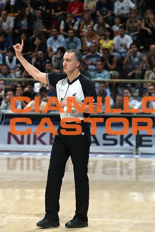 DESCRIZIONE : Bologna Lega A1 2005-06 Play Off Finale Gara 1 Climamio Fortitudo Bologna Benetton Treviso <br /> GIOCATORE : Arbitro <br /> SQUADRA : <br /> EVENTO : Campionato Lega A1 2005-2006 Play Off Finale Gara 1 <br /> GARA : Climamio Fortitudo Bologna Benetton Treviso <br /> DATA : 14/06/2006 <br /> CATEGORIA : Ritratto <br /> SPORT : Pallacanestro <br /> AUTORE : Agenzia Ciamillo-Castoria/L.Villani