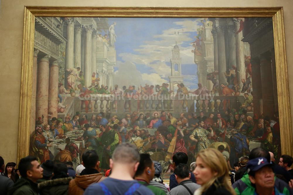groupe de touristes devant les Noces de Cana, musee du Louvre, Paris,
