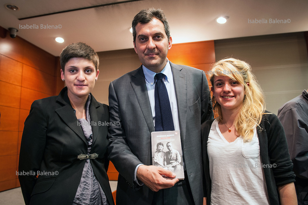 "Milano, Sala Montanelli, Corriere della Sera. Presentazione del libro di Domenico Quirico ""Gli Ultimi. La magnifica storia dei vinti"". Presentation of the book. Eleonora (bruna) e Metella (bionda) figlie di Domenico Quirico, con Mario Calabresi direttore de La Stampa. The daughters of Domenico Quirico, Eleonora and Metella and Mario Calabresi, director of La Stampa."