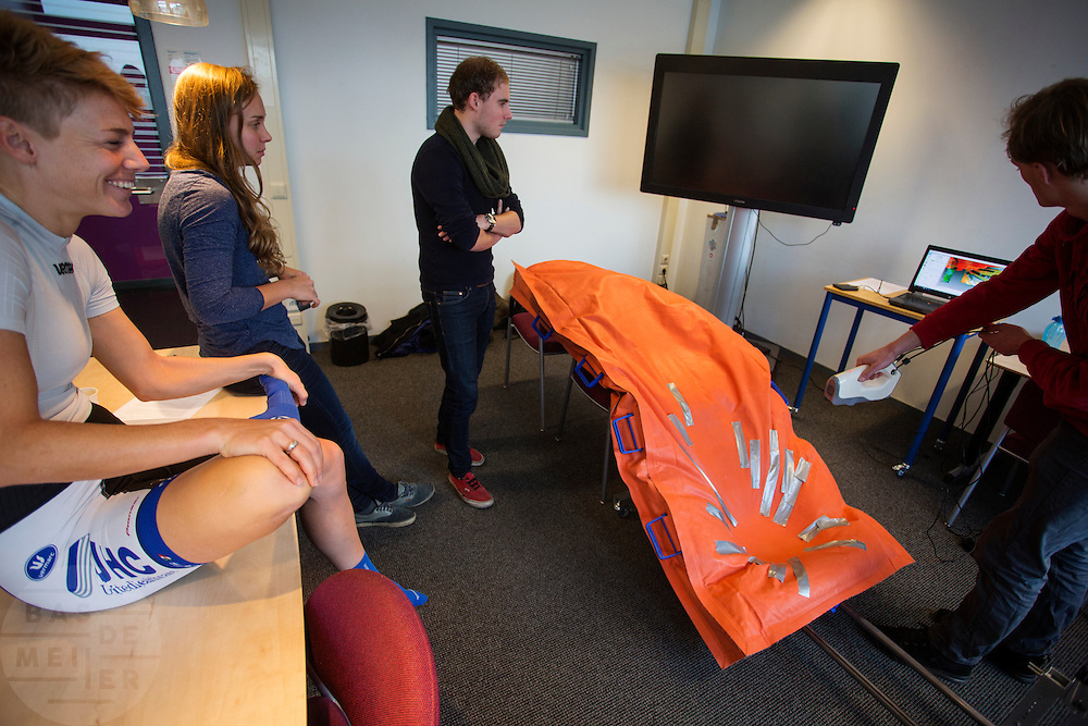 In Delft wordt een model gemaakt van de rijdster Iris Slappendel met een schuimmatras dat vacuüm wordt gezogen. In september wil het Human Power Team Delft en Amsterdam, dat bestaat uit studenten van de TU Delft en de VU Amsterdam, tijdens de World Human Powered Speed Challenge in Nevada een poging doen het wereldrecord snelfietsen voor vrouwen te verbreken met de VeloX 7, een gestroomlijnde ligfiets. Het record is met 121,44 km/h sinds 2009 in handen van de Francaise Barbara Buatois. De Canadees Todd Reichert is de snelste man met 144,17 km/h sinds 2016.<br /> <br /> A 3D model is made of rider Iris Slappendel with a special matras. With the VeloX 7, a special recumbent bike, the Human Power Team Delft and Amsterdam, consisting of students of the TU Delft and the VU Amsterdam, also wants to set a new woman's world record cycling in September at the World Human Powered Speed Challenge in Nevada. The current speed record is 121,44 km/h, set in 2009 by Barbara Buatois. The fastest man is Todd Reichert with 144,17 km/h.