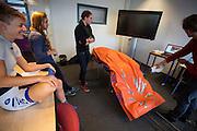 In Delft wordt een model gemaakt van de rijdster Iris Slappendel met een schuimmatras dat vacuüm wordt gezogen. In september wil het Human Power Team Delft en Amsterdam, dat bestaat uit studenten van de TU Delft en de VU Amsterdam, tijdens de World Human Powered Speed Challenge in Nevada een poging doen het wereldrecord snelfietsen voor vrouwen te verbreken met de VeloX 7, een gestroomlijnde ligfiets. Het record is met 121,44 km/h sinds 2009 in handen van de Francaise Barbara Buatois. De Canadees Todd Reichert is de snelste man met 144,17 km/h sinds 2016.<br /> <br /> A 3D model is made of rider Iris Slappendel with a special matras. With the VeloX 7, a special recumbent bike, the Human Power Team Delft and Amsterdam, consisting of students of the TU Delft and the VU Amsterdam, also wants to set a new woman's world record cycling in September at the World Human Powered Speed Challenge in Nevada. The current speed record is 121,44 km/h, set in 2009 by Barbara Buatois. The fastest man is Todd Reichert with 144,17 km/h.