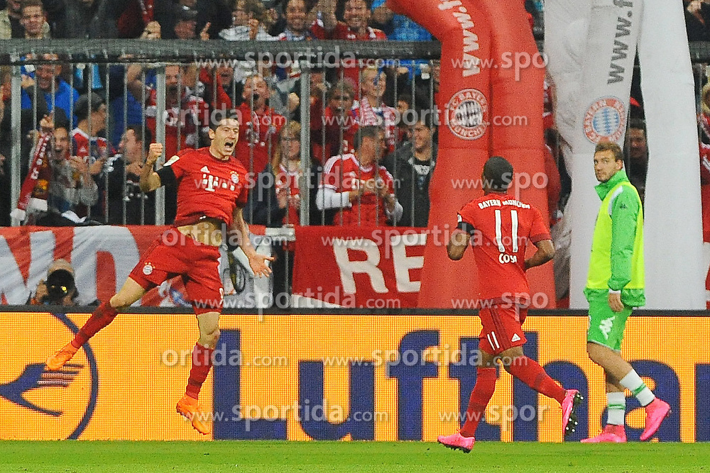 22.09.2015, Allianz Arena, Muenchen, GER, 1. FBL, FC Bayern Muenchen vs VfL Wolfsburg, 6. Runde, im Bild Riesenjubel bei Robert Lewandowski (FC Bayern Muenchen) nach seinem Treffer zum 2:1 // during the German Bundesliga 6th round match between FC Bayern Munich and VfL Wolfsburg at the Allianz Arena in Muenchen, Germany on 2015/09/22. EXPA Pictures &copy; 2015, PhotoCredit: EXPA/ Eibner-Pressefoto/ Stuetzle<br /> <br /> *****ATTENTION - OUT of GER*****