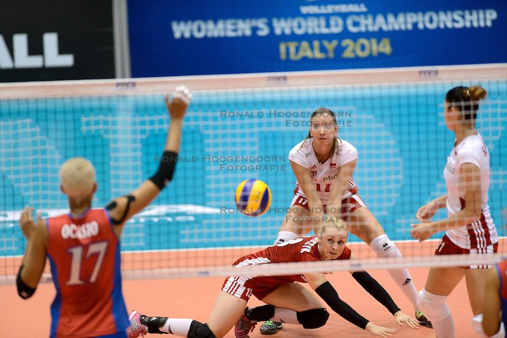 09-08-2014 NED: FIVB Grand Prix Puerto Rico - Polen, Doetinchem<br /> Agata Durajczyk haalt de bal van de vloer