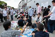 Tusentals fans har kommit till Makuhari Messe i Chiba City för att få möjlighet att skaka hand med sin favoritmedlem i popgruppen AKB48. Utanför mässlokalen samlas men för att byta bilder på sina idoler.