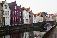 gezicht op de monumentale panden aan de spiegelrei in Brugge