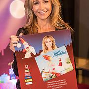 NLD/Amsterdam/20191111 - Presentatie sinterklaasboeken met Rafael v/d Vaart, Nicolette van Dam en Wendy van Dijk, Wendy van Dijk met het door haar geschreven boek