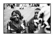 Twee vrouwen van de Congolese Gemeenschap tijdens de opening van 'Beautiful Planet', het café van Yasmine Kherbache en haar man in hartje Antwerpen